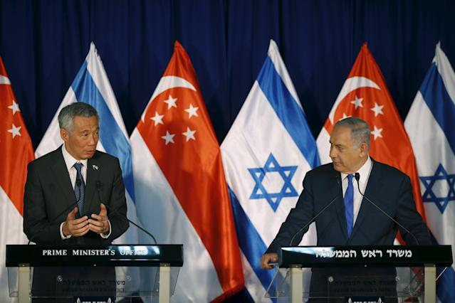 Israeli Prime Minister Benjamin Netanyahu (R) stands next to Singapore's Prime Minister Lee Hsien Loong as they deliver joint statements in Jerusalem April 19, 2016. REUTERS/Ronen Zvulun
