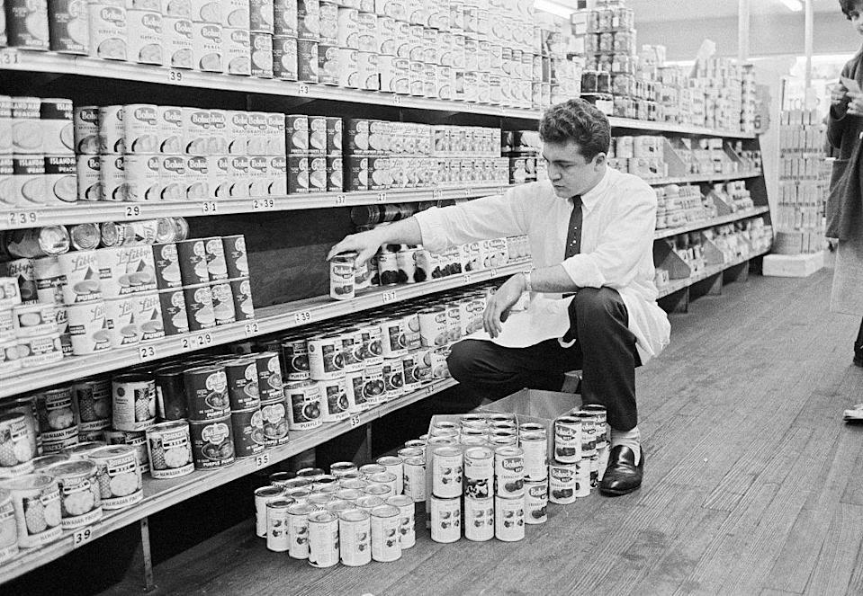 "<p>In 1962, the <a href=""https://fraser.stlouisfed.org/files/docs/publications/bls/bls_1338-3_1963.pdf"" rel=""nofollow noopener"" target=""_blank"" data-ylk=""slk:average grocery store worker"" class=""link rapid-noclick-resp"">average grocery store worker</a> in the United States made $1.69 an hour. This was higher than minimum wage at the time, which was $1.15, or the equivalent to $9.85 <a href=""https://www.dollartimes.com/inflation/items/1962-united-states-minimum-wage"" rel=""nofollow noopener"" target=""_blank"" data-ylk=""slk:in 2020"" class=""link rapid-noclick-resp"">in 2020</a>.</p>"