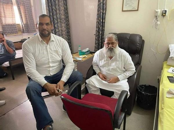 Great Khali met Haryna Minister Anl Vij at PGIMER in Chandigarh to enquire about his health