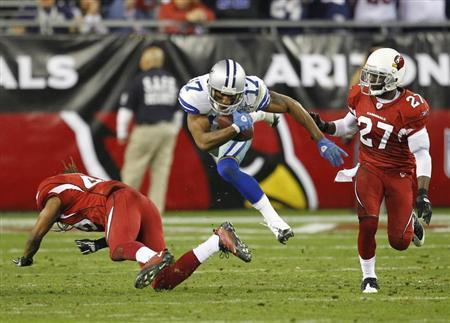 Dallas Cowboys wide receiver Sam Hurd (C) looks for a first down against the Arizona Cardinals in the third quarter during an NFL game in Glendale, Arizona, December 25, 2010. REUTERS/Rick Scuteri