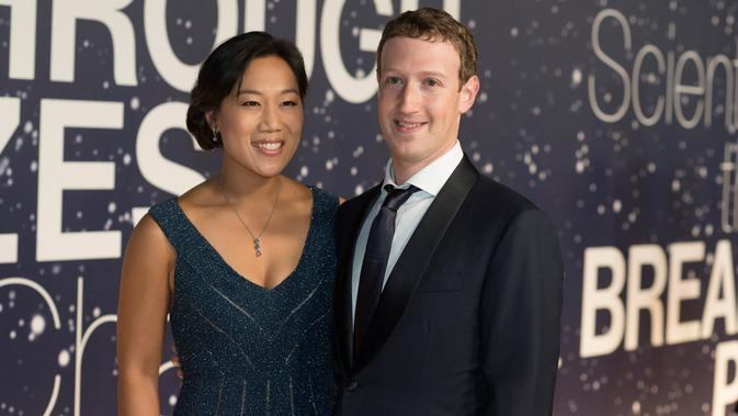 CEO Facebook  Mark Zuckerberg dan sang istri, Priscilla Chan  (Photo by [Peter Barreras]/Invision/AP)