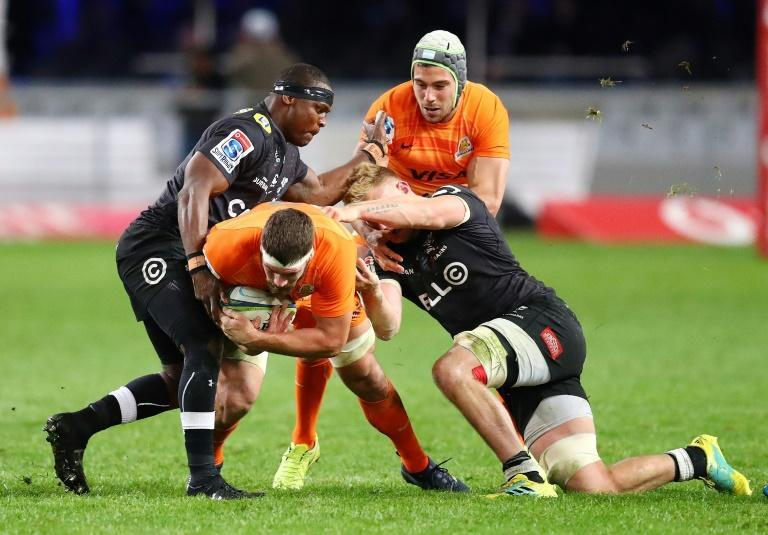 Chiliboy Ralepelle (L) playing for the Sharks against the Argentine Jaguares in a 2018 Super Rugby match.