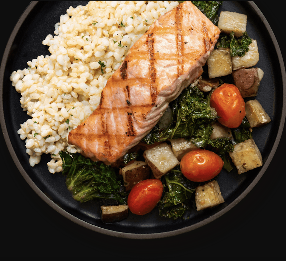 """<h2>Fresh n' Lean</h2><br><strong>The slogan:</strong> """"Organic. Chef-Prepared. Always Fresh. Fully Cooked and Ready To Eat. Just Heat It Up.""""<br><br><strong>What you get:</strong> Breakfast, lunch, dinner, and snacks in-between that arrive right to your doorstep in an insulated box <a href=""""https://www.freshnlean.com/meal-plans/"""" rel=""""nofollow noopener"""" target=""""_blank"""" data-ylk=""""slk:based on your dietary preferences"""" class=""""link rapid-noclick-resp"""">based on your dietary preferences</a>. Just unpack and put them in the fridge, or heat them up right away for quick healthy munching. Perfect for the busy parent on-the-go, or a fitness fan trying to get those macros in. <br><br><strong>The delivery:</strong> Choose between weekly deliveries and one-time A La Carte meals. with freshly made meals arriving every Friday. <br><br><em>Shop <strong><a href=""""https://www.freshnlean.com/"""" rel=""""nofollow noopener"""" target=""""_blank"""" data-ylk=""""slk:Fresh n' Lean"""" class=""""link rapid-noclick-resp"""">Fresh n' Lean</a></strong></em>"""