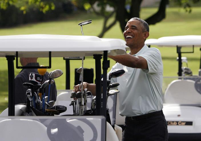 U.S. President Barack Obama puts his putter in the bag after he and Malaysia's Prime Minister Najib Razak played on the 18th green at the Clipper Golf course on Marine Corps Base Hawaii during Obama's Christmas holiday vacation in Kaneohe, Hawaii, December 24, 2014. REUTERS/Hugh Gentry (UNITED STATES - Tags: POLITICS SOCIETY TPX IMAGES OF THE DAY)