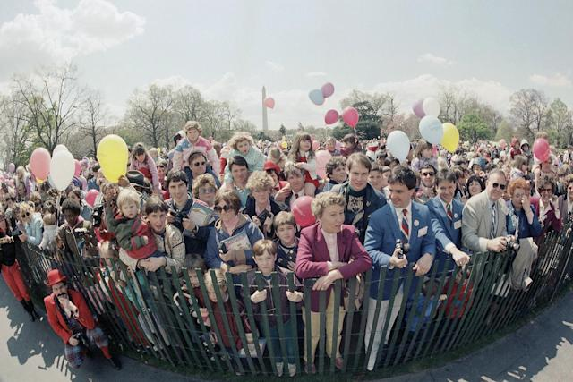 <p>People wait at the start of annual Easter egg roll on the White House, April 8, 1985, in Washington. (Photo: AP) </p>