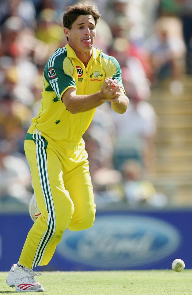PERTH, AUSTRALIA - JANUARY 29:  Brad Hogg of Australia drops a catch off his own bowling from Russel Arnold of Sri Lanka during Game 8 of the VB Series between Australia and Sri Lanka played at the WACA on January 29, 2006 in Perth, Australia.  (Photo by Hamish Blair/Getty Images)