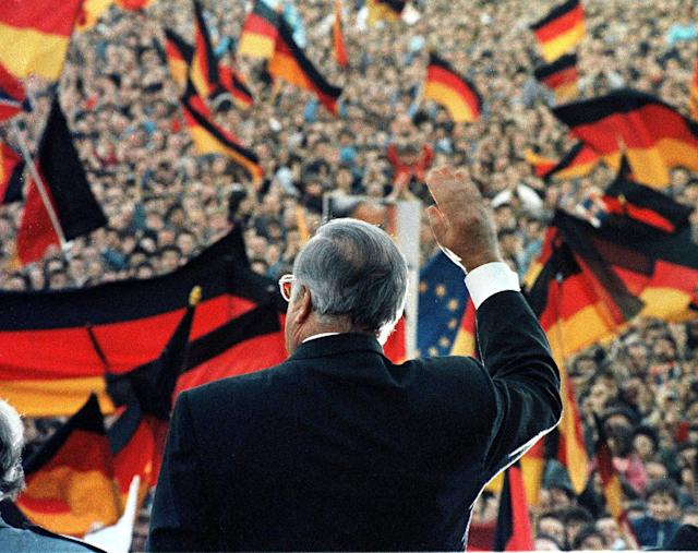 <p>German Chancellor Helmut Kohl waves during an electoral rally in Erfurt in East Germany in February 1990. (REUTERS/Michael Urban) </p>