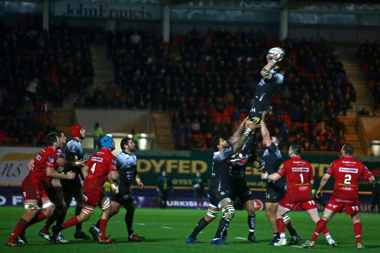 RC Toulon's Duane Vermeulen catches the ball in the line-out during the European Champions Cup rugby union pool 5 match against Scarlets January 20, 2018