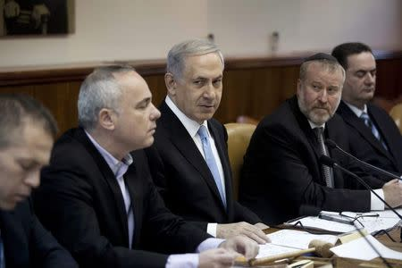 Israel's Prime Minister Benjamin Netanyahu (C) attends the weekly cabinet meeting at his office in Jerusalem January 18, 2015. REUTERS/Abir Sultan/Pool