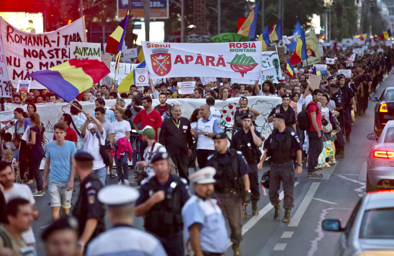 Romanians rally for and against planned gold mine