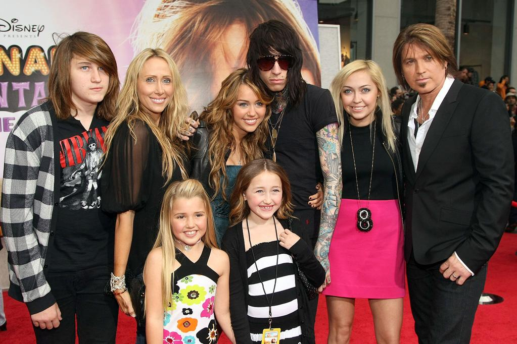 """<a href=""""http://movies.yahoo.com/movie/contributor/1809849015"""">Miley Cyrus</a>, <a href=""""http://movies.yahoo.com/movie/contributor/1800171289"""">Billy Ray Cyrus</a> and family at the Los Angeles premiere of <a href=""""http://movies.yahoo.com/movie/1810025272/info"""">Hannah Montana The Movie</a> - 04/02/2009"""