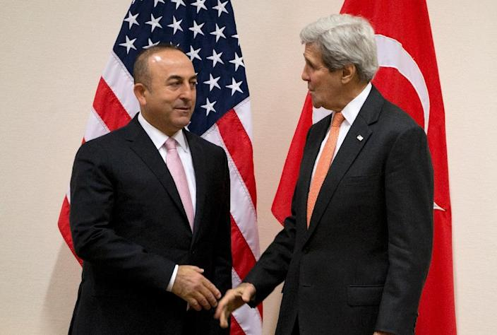 Turkish Foreign Minister Mevlut Cavusoglu (L) speaks with US Secretary of State John Kerry during a meeting of the North Atlantic Council at NATO headquarters in Brussels on May 20, 2016 (AFP Photo/Virginia Mayo)