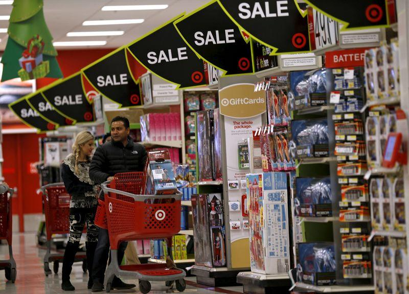 Shoppers take part in Black Friday Shopping at a Target store in Chicago, Illinois, United States, November 27, 2015. REUTERS/Jim Young