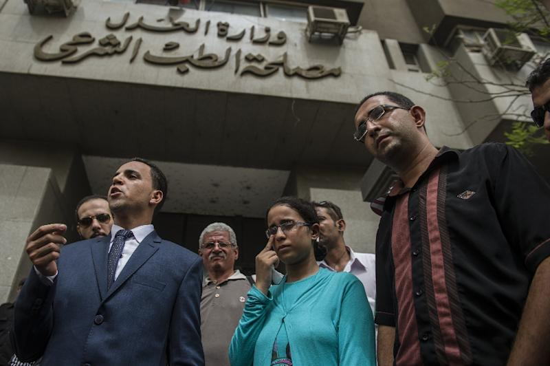 Mariam Malak (centre), her lawyer Nabil Sadik (centre left) and brother Mina Malak (right), outside the Forensic Medical Authority headquarters in Cairo, on September 8, 2015 (AFP Photo/Khaled Desouki)