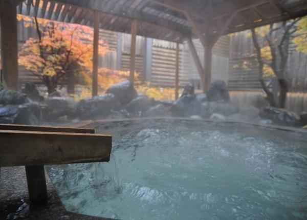 One can enjoy a splendid outdoor hot spring at a hotel