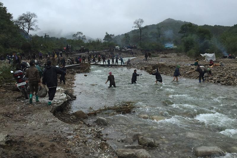 North Korean villagers to repair flood damaged roads from Chongjing to Musan and Yonsa counties in North Hamyong province, North Korea on on September 8, 2016 (AFP Photo/Murat Sahin)