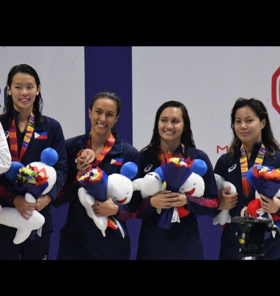 Filipino swimmer Remedy Rule (second from right), alongside other Philippine team swimmers. (Photo: Remedy Rule/Facebook)