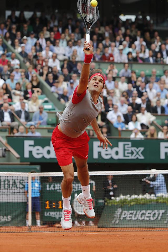 Switzerland's Roger Federer returns the ball during the fourth round match of the French Open tennis tournament against Latvia's Ernests Gulbis at the Roland Garros stadium, in Paris, France, Sunday, June 1, 2014. (AP Photo/David Vincent)