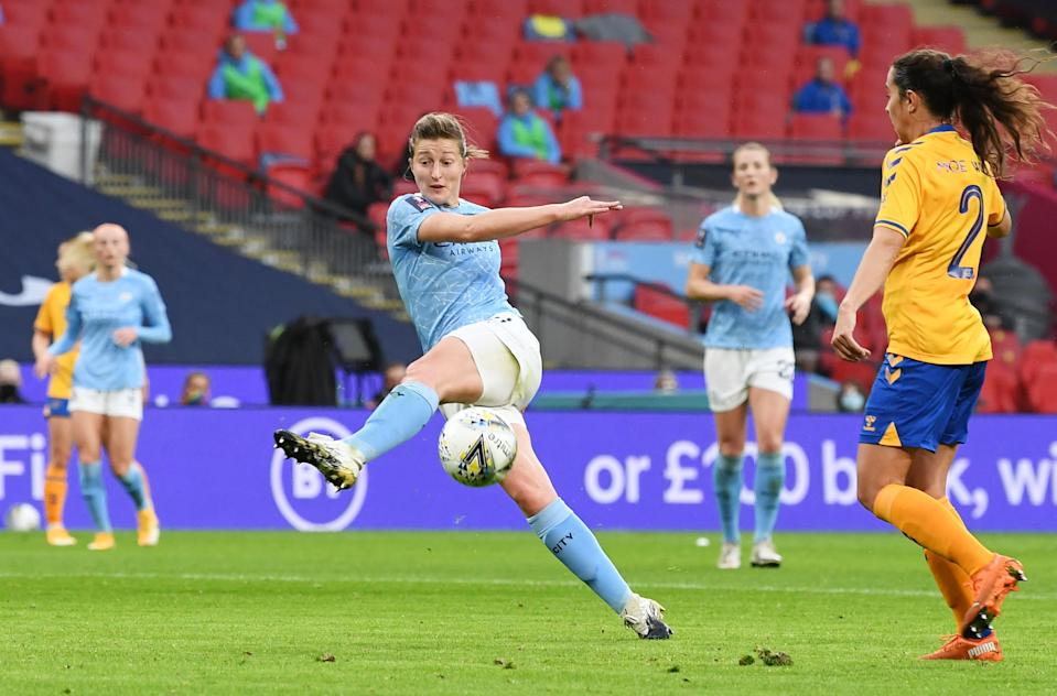 Ellen White shoots at goal for Man City (REUTERS/Facundo Arrizabalaga)