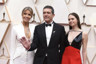 Nicole Kimpel, from left, Antonio Banderas, and Stella Banderas arrive at the Oscars on Sunday, Feb. 9, 2020, at the Dolby Theatre in Los Angeles. (Photo by Jordan Strauss/Invision/AP)