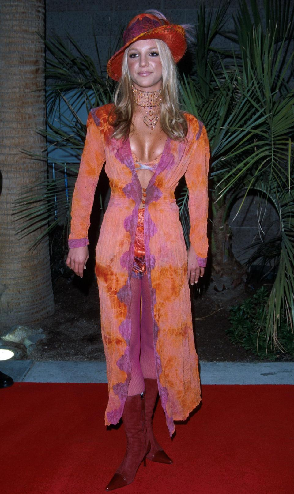 <p>Wearing a lace duster with her bra peeking out at the 2000 Billboard Music Awards.</p>