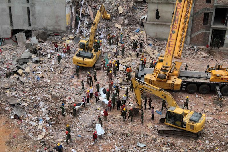 Bangladeshi rescue workers recover bodies from the site of a collapsed garment factory in Savar, on the outskirts of Dhaka, on May 1, 2013 (AFP Photo/)