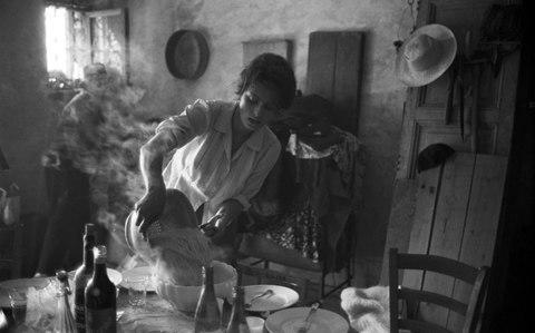 Italians swear by the health benefits of pasta, especially as part of the Mediterranean diet. Sophia Loren straining spaghetti on the set of The Two Women, 1960 - Credit: Getty