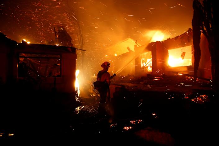 Firefighters battle flames overnight during a wildfire that burned dozens of homes in Thousand Oaks, Calif., Nov. 9, 2018. (Photo: Eric Thayer/Reuters)