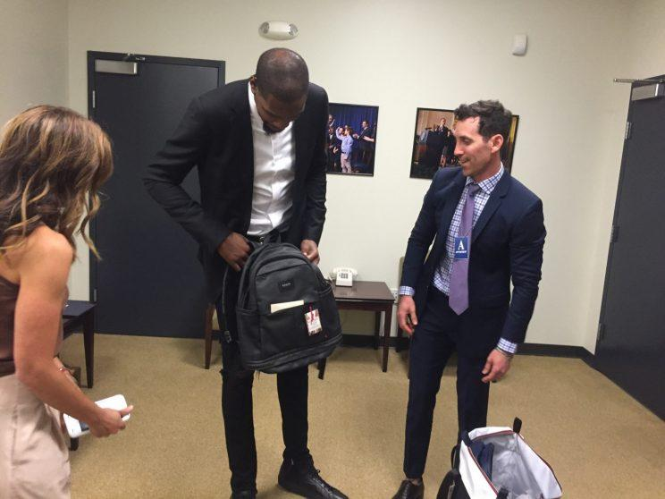 Kevin Durant checks out a State bag with the Tatelmans at the White House.