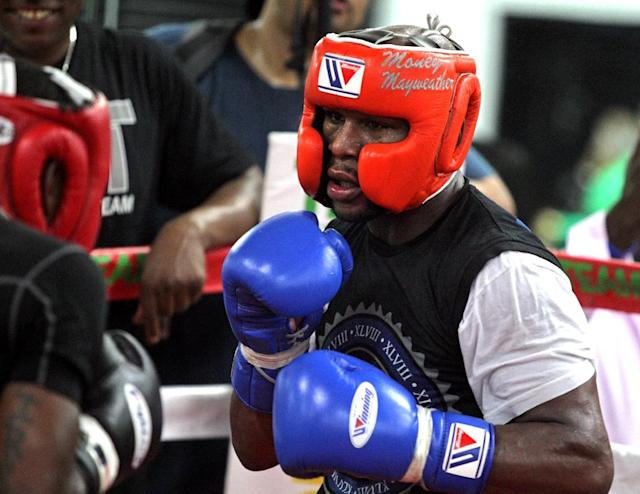 Floyd Mayweather Jr., trains on August 26, 2015 in Las Vegas ahead of his welterweight title bout with Andre Berto on September 12, 2015 (AFP Photo/John Gurzinski)