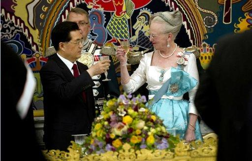 Demark's Queen Margrethe (R) and China's President Hu Jintao take part in an official state banquet