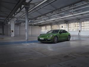 Two additional plug-in hybrids with more performance, comfort and range