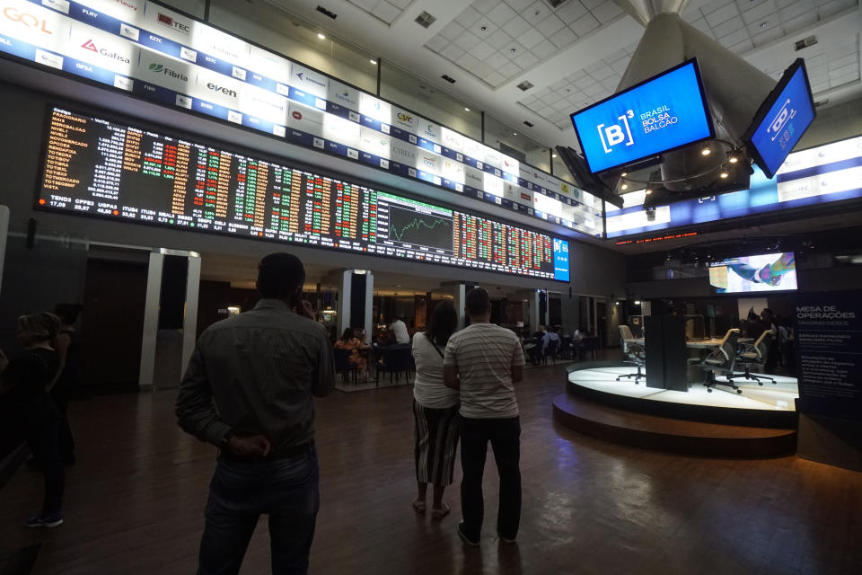"""A statement by President Jair Bolsonaro asking for lower interest rates at Banco do Brasil (BB) put a brake on the bullish move of the Bovespa Index yesterday. The stock market closed the trading session with a fall of 0.05% at 96,187.75 points. During his participation in the opening of Agrishow, Bolsonaro defended the reduction of Banco do Brasil's interest in the promotion of rural credit. The president addressed the president of BB, Rubem Novaes, and, in a tone of good humor, said: """"I appeal, Rubem, to your heart and patriotism, that these interests fall a little more."""" Bolsonaro said during the event that the government will release R $ 1 billion into the rural insurance program, but did not give details about the credit. The statement on interest had immediate effect on Banco do Brasil's shares, which abandoned the bullish signal with which they had been operating and contaminated the other shares of the financial sector. (Photo by Cris Faga/NurPhoto via Getty Images)"""