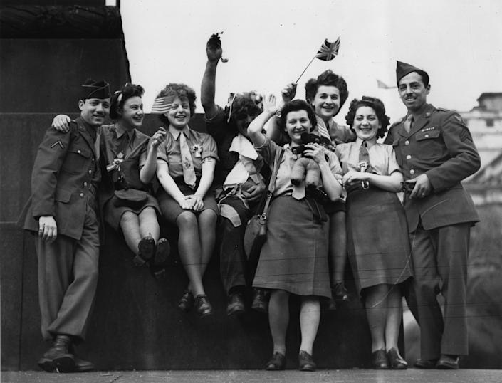 A group of ATS women and American soldiers celebrate VE Day in Trafalgar Square, London, 8th May 1945. (Photo by Keystone/Hulton Archive/Getty Images)