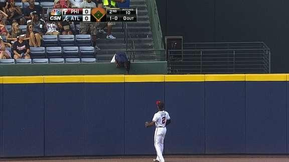 Young fan makes great over-the-rail catch on Ryan Howard homer (Video)