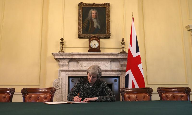MAY SIGNE UNE LETTRE INFORMANT OFFICIELLEMENT L'UE DU BREXIT