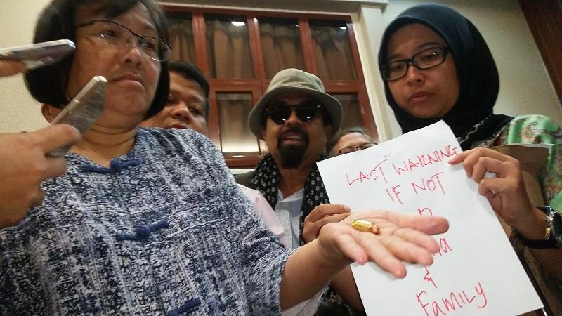 Bersih 2.0 chief Maria Chin Abdullah (left) shows the bullet and note written in red ink which she received this morning in Kuala Lumpur, November 29, 2016.