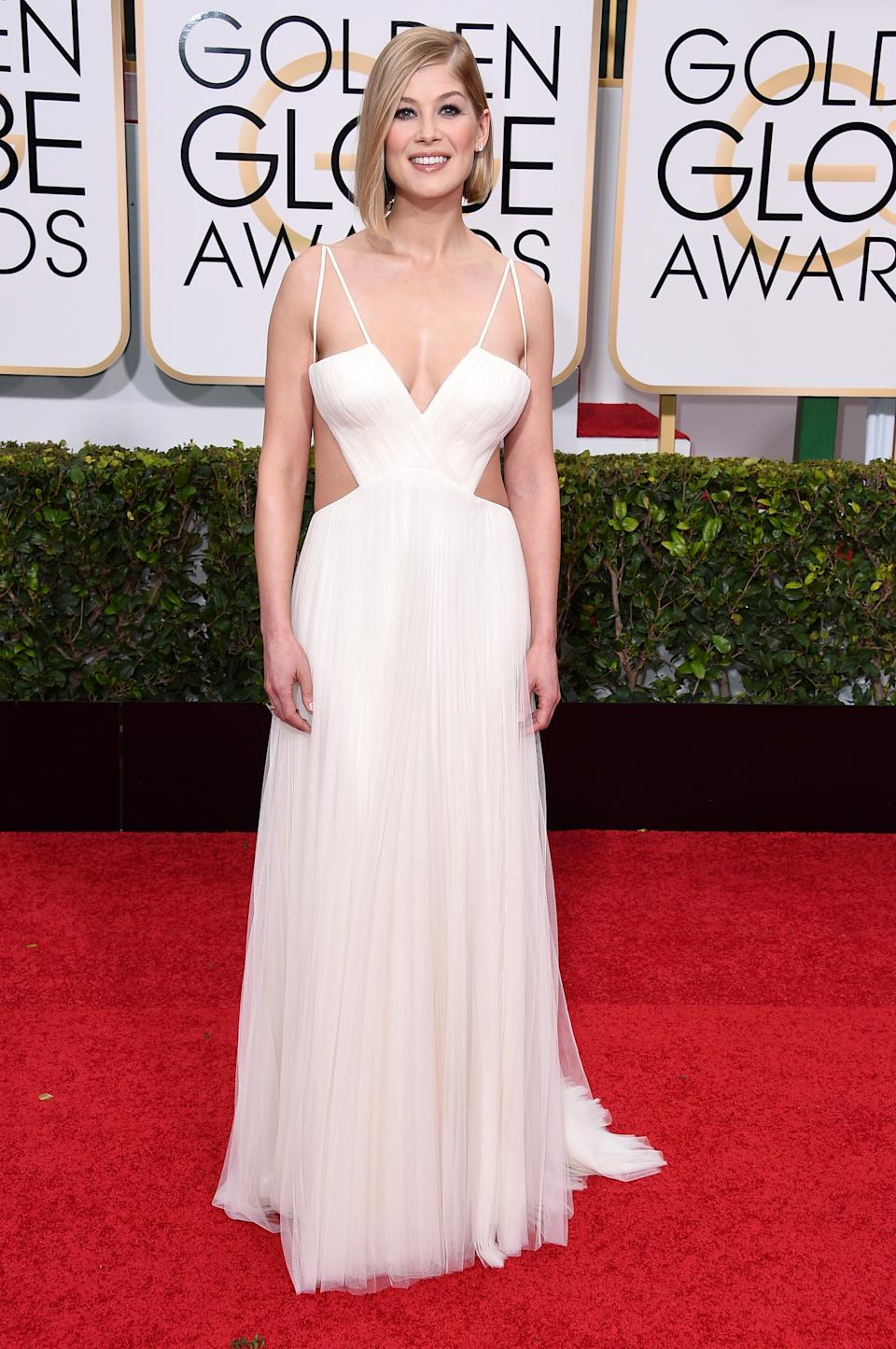"""<p>Rosamund Pike graced the 2015 Golden Globes in this angelic, white, Vera Wang gown after being nominated for best actress in a motion picture drama for her role in """"Gone Girl."""" (Image via Getty Images)</p>"""