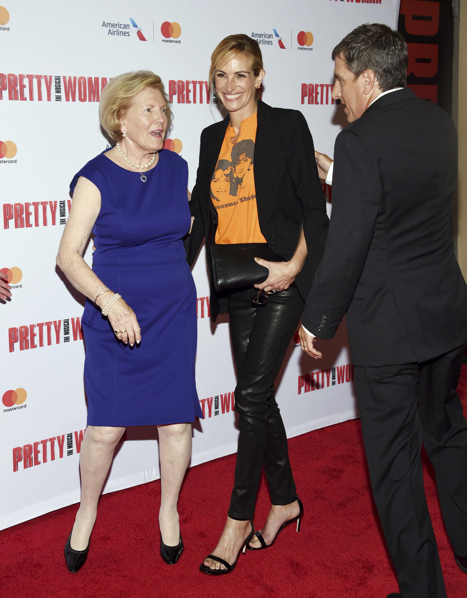Julia Roberts joined Garry Marshall's widow, Barbara Marshall, at a Garry Marshall tribute performance of <em>Pretty Woman: The Musical</em> at the Nederlander Theatre in N.Y.C. on Aug. 2, 2018. (Photo: Evan Agostini/Invision/AP)