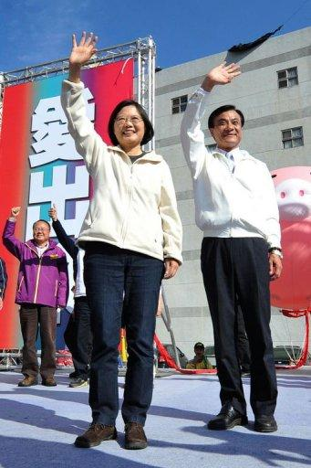 Taiwan's main opposition Democratic Progressive Party (DPP) presidential candidate Tsai Ing-wen (L) and vice-presidential candidate Su Jia-chyuan (R) wave to supporters during a party rally in Taichung on January 10, 2012