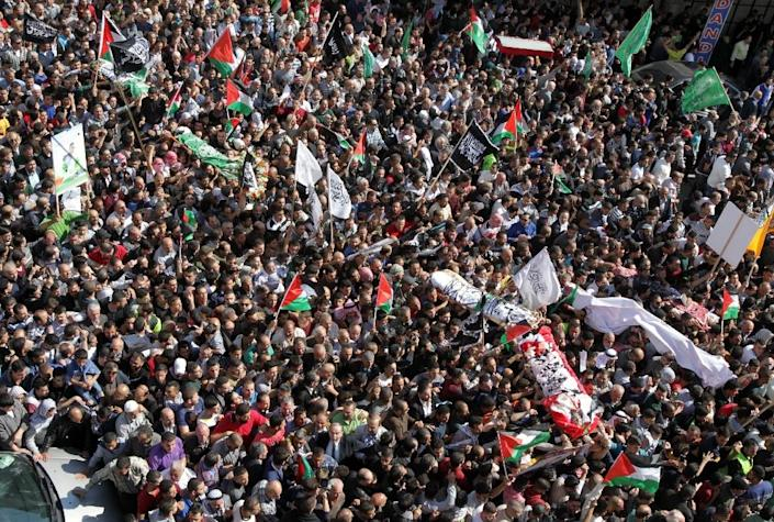 Palestinians carry the bodies of five Palestinians killed by Israeli security forces following attempted stabbing attacks during a funeral procession in the West Bank town of Hebron on October 31, 2015 (AFP Photo/Hazem Bader)