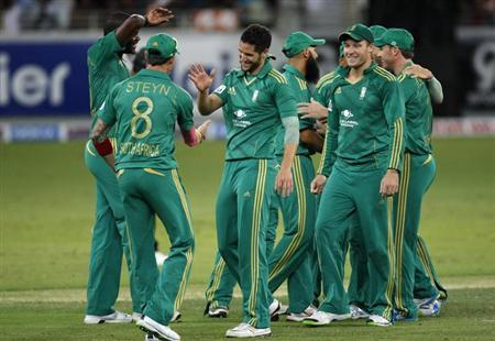 South Africa's Wayne Parnell (C) celebrates with his team mates the wicket of Pakistan's Mohammad Hafeez during their second Twenty20 international cricket match in Dubai November 15, 2013. REUTERS/Nikhil Monteiro