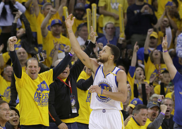 Stephen Curry (30) de los Warriors de Golden State tras anotar contra los Trail Blazers de Portland, el domingo 16 de abril de 2017. (AP Foto/Jeff Chiu)