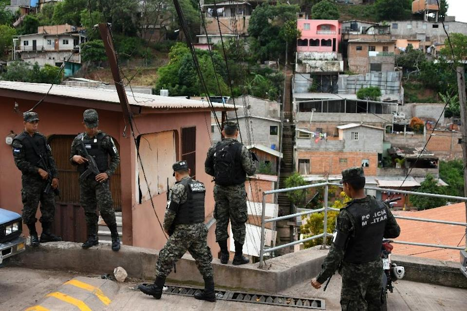 Authorities take part in an operation against gangs Barrio 18 and Mara Salvatrucha (MS-13) in parts of the Honduran capital Tegucigalpa where residents were threatened if they vote in the November 26 general election and gangs have interfered with campaigning (AFP Photo/Orlando SIERRA)