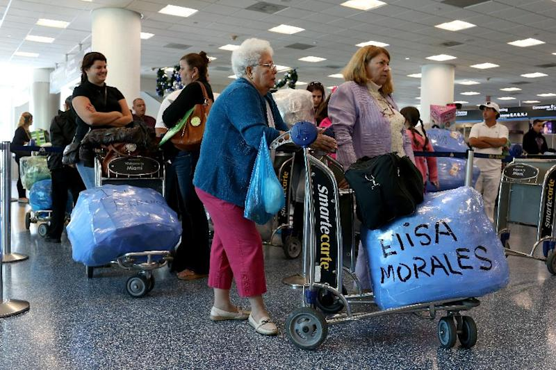 People wait in line to check luggage at the ABC Charters American Airlines flight to Havana, Cuba at Miami International Airport on December 19, 2014 in Miami, Florida (AFP Photo/Joe Raedle)