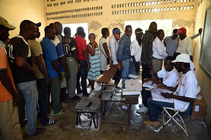 Haitians line up to vote at a polling station in Cite Soleil in Port-au-Prince on October 25, 2015, during presidential, legislative and municipal elections (AFP Photo/Hector Retamal)