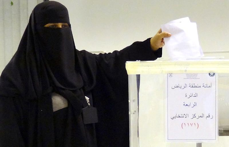 A Saudi woman casts her ballot at an election centre in Riyadh, in December 2015 (AFP Photo/Dina Fouad)