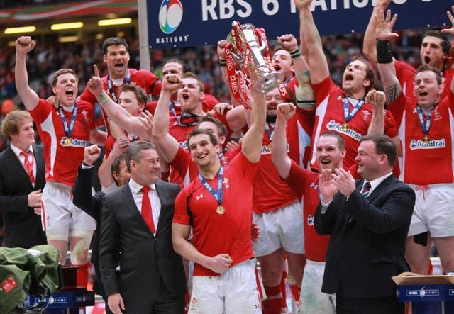 Sam Warburton lifts the trophy as Wales celebrate winning the Grand Slam