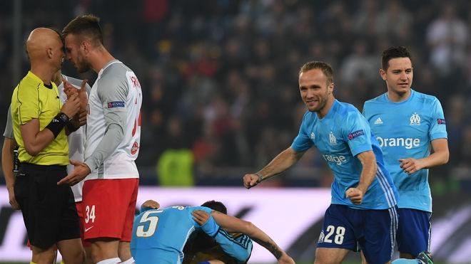 Salzburg's Croatian defender Martin Pongracic (2ndL) talks to the referee next to Marseille's players after the UEFA Europa League semi-final second leg match between FC Salzburg and Olympique de Marseille (OM) on May 3, 2018 in Salzburg, Austria. (Photo by Christof STACHE / AFP) (Photo credit should read CHRISTOF STACHE/AFP/Getty Images)