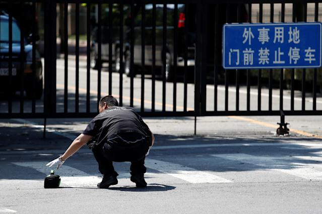 <p>A security worker is seen near the U.S. Embassy in Beijing, China, July 26, 2018. (Photo: Damir Sagolj/Reuters) </p>